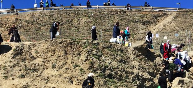 Unas 350 porteadoras cruzan a la carrera la frontera entre Ceuta y Marruecos pese a las prohibición de pasar con bultos