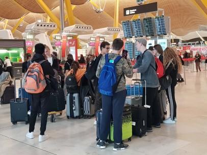 Viajeros haciendo cola en el aeropuerto de Barajas