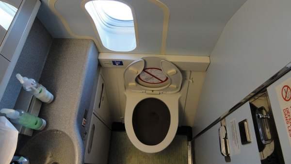 Baño de un avión