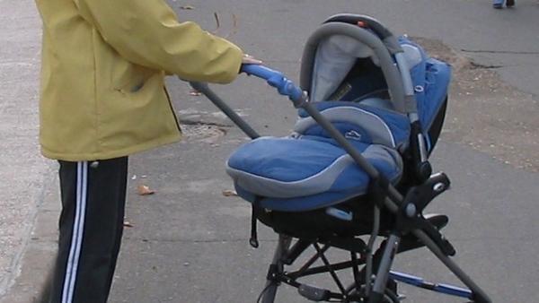 Una de cada diez madres solas en España viven en situación de pobreza severa