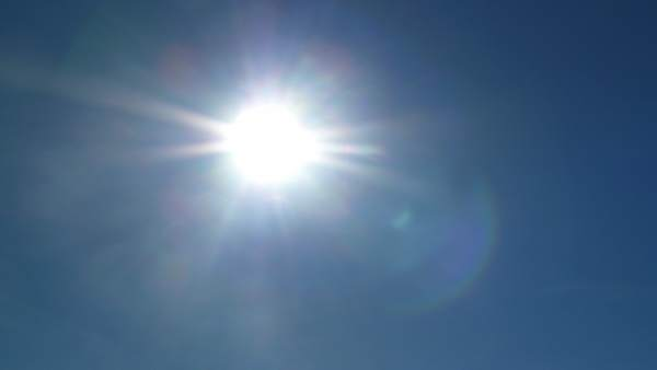 Cielo despejado con el sol brillando