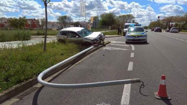Denunciado un conductor ebrio y sin carné al colisionar contra una farola