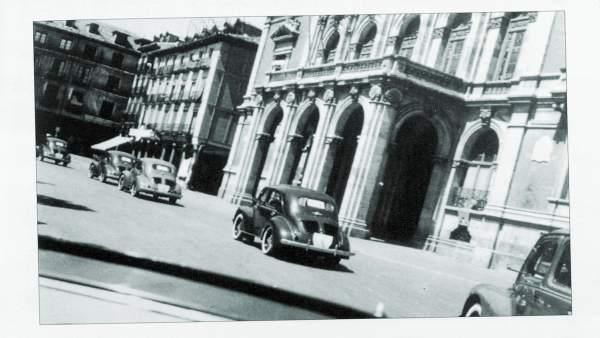 Los primeros Renault 4 CV desfilan por la Plaza Mayor de Valladolid en 1953