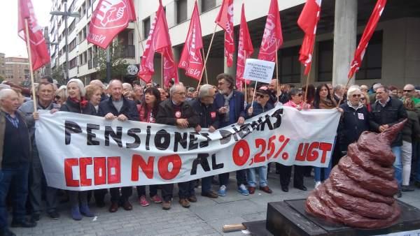 Concentración de UGT y CCOO para reclamar 'pensiones dignas'