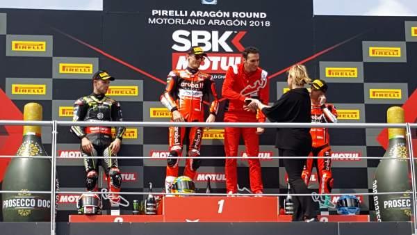 Gastón entrega los trofeos en el podium del Campeonato de Superbikes 2018.