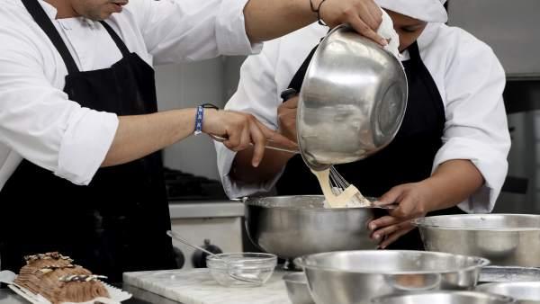 Internos de Huelva se benefician de un curso de cocina de la Obra Social Caixa.