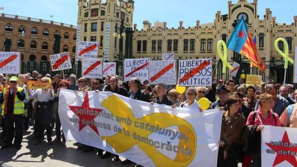 Manifestantes por la libertad de los presos políticos.