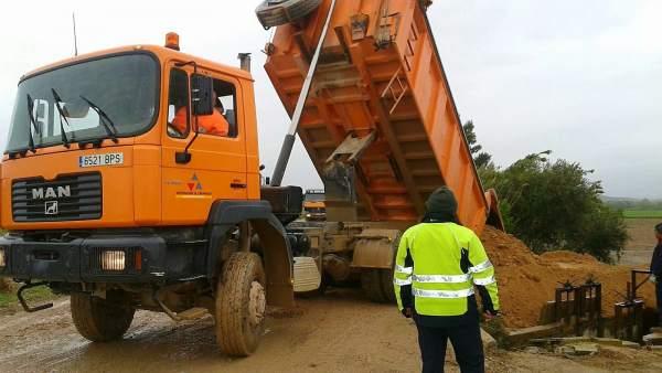 Una de las máquinas de la DPZ reforzando las defensas de Quinto de Ebro