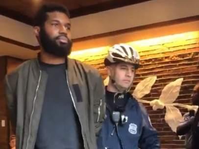 Afroamericanos  arrestados en un Starbucks.