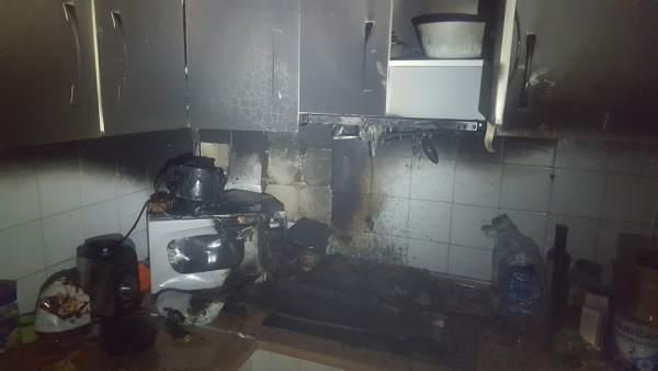 Estado en el que quedó la cocina afectada por el fuego en una vivienda de Jaén.