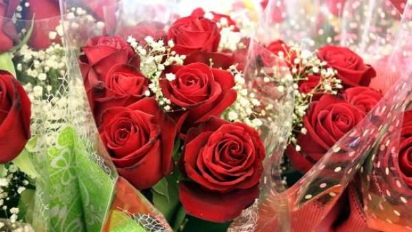 Primer plano de ramos de rosas en en Mercado de la Flor.