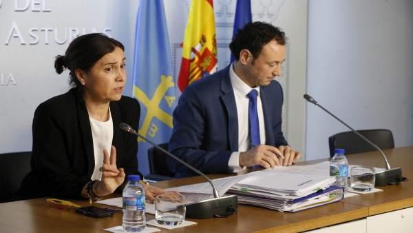 Los consejeros Dolores Carcedo y Guillermo Martínez tras un consejo de Gobierno