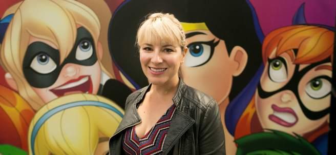 Shea Fontana, guionista de la serie animada y de cómics Super Hero Girls.