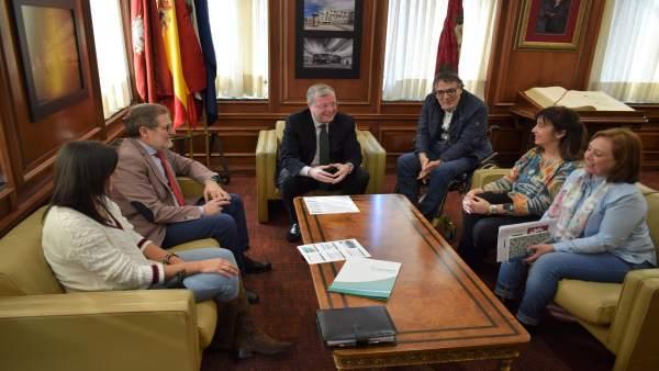Miembros del Ayuntamiento y de Aspaym durante la reunión.