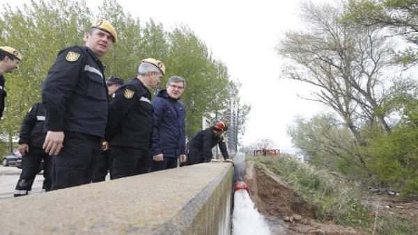 Vicente Guillén visita las labores que está realizando la UME en Cabañas de Ebro