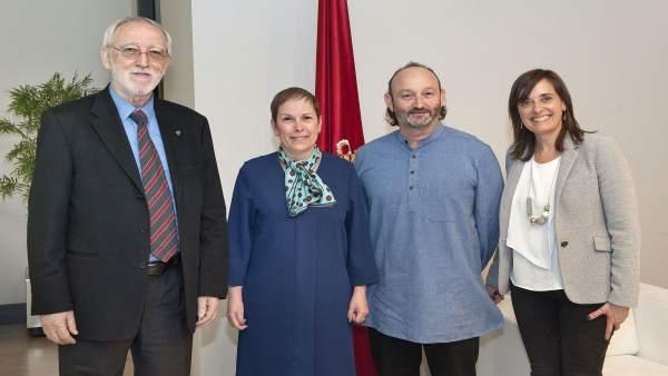 Barkos posa con los representantes de la Fundación Vicente Ferrer