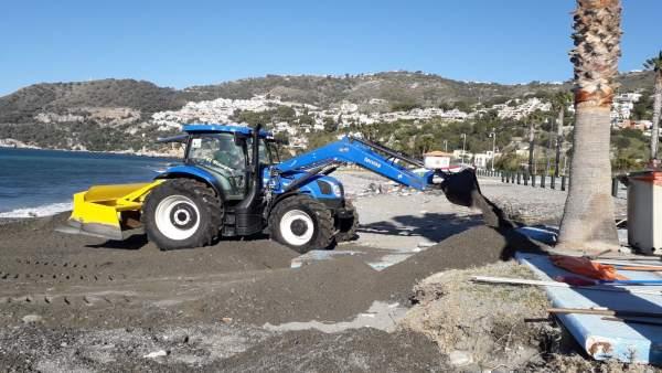 Trabajos para el acondicionamiento de las playas tras los temporales de poniente