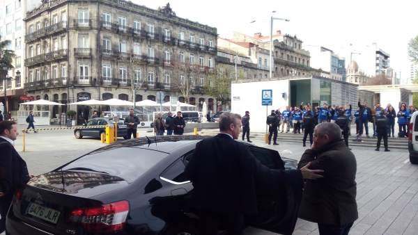 Alfonso Rueda increpado por trabajadores de la justicia este martes en Vigo