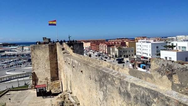 Bandera republicana izada en el castillo Guzmán el Bueno de Tarifa