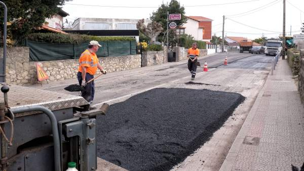 Obreros asfaltando la calle