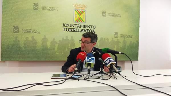El edil de Economía y Hacienda, Pedro Pérez, en rueda de prensa