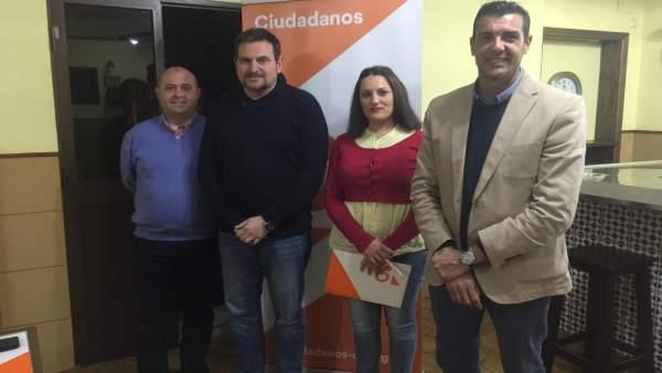 Vicente Sánchez secretario de Organización con representantes de Cs Alora
