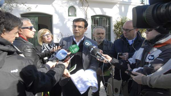 El alcalde de Granada, Francisco Cuenca, atiende a los medios en Parque Lorca