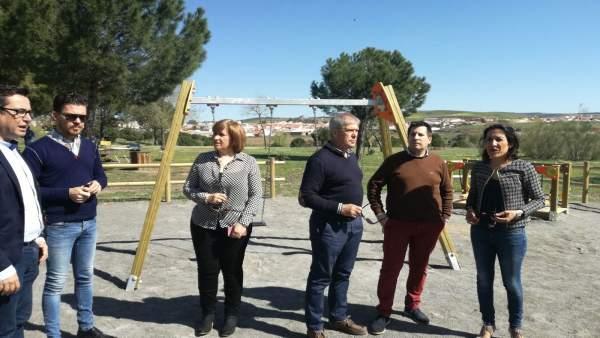 Pozuelo (dcha.) visita la Vía Verde de la Maquinilla