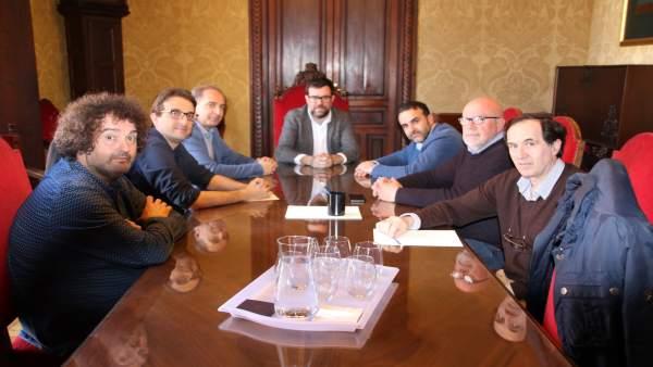 Alcalde de Palma, Antoni Noguera, con representantes pequeño com