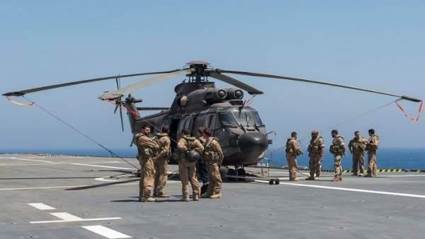 Un helicóptero Cougar de la Armada en un portaaeronaves
