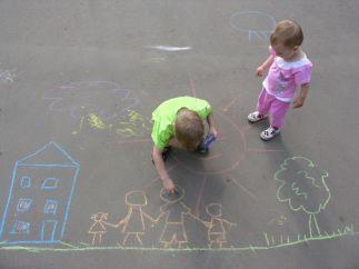 Dejar que los hijos jueguen solos fuera de casa