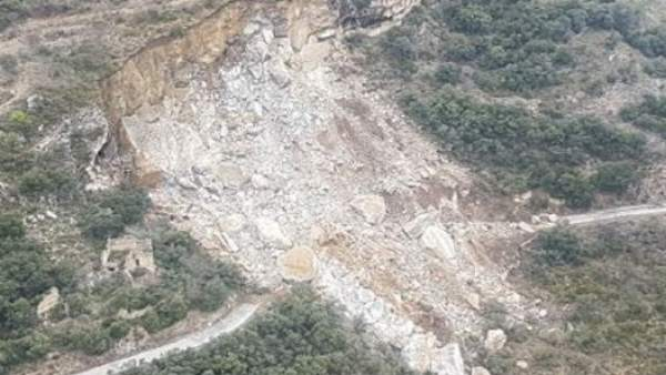 Desprendimiento de tierra en la carretera LV-9124 en Castell de Mur (Lleida).