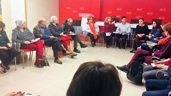 Miembros del PSOE durante la reunión con las asociaciones. 17-4-2018