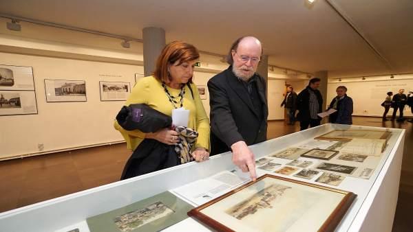 La concejal Victoria Soto observa la exposición junto a Joaquín Díaz. 17-4-2018