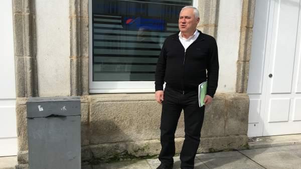 Manuel Martínez junto a la sede de Suplusa en Lugo.