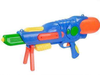 Jugar con pistolas de juguete realistas