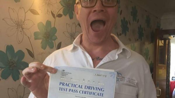 Christian Whiteley-Mason  posando con el certificado que demuestra que es apto para conducir.