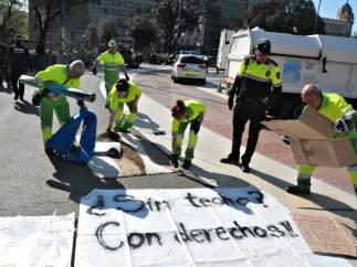 La Guàrdia Urbana desalojando el campamento de Plaça Catalunya.