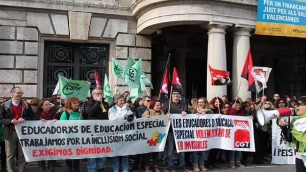 Imagen de una protesta de educadores de Infantil y Especial