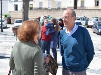 Monago durante su visita a Valencia de Alcántara