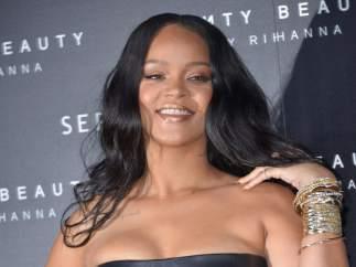 Rihanna con su marca de cosmética