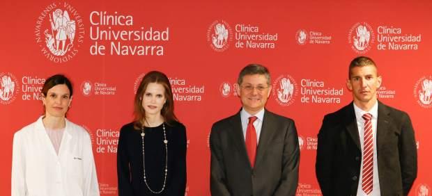 De izquierda a derecha: Sonia Tejada, investigadora principal del ensayo, Inma Shara, directora de orquesta, José Andrés Gómez Cantero, director general de la Clínica y José Manuel Marco, presidente de la asociación Unidos contra el DIPG.