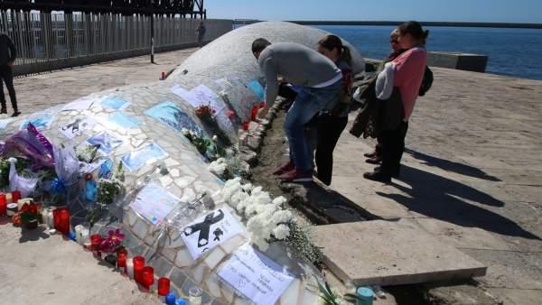 La Ballena de Almería con ofrendas en recuerdo de Gabriel