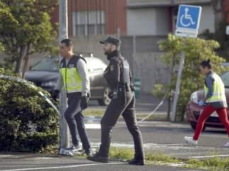 Los policías investigan en la zona de los disparos