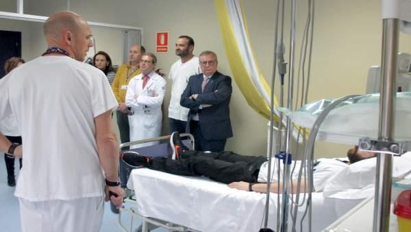 El consejero en una visita a un centro sanitario.