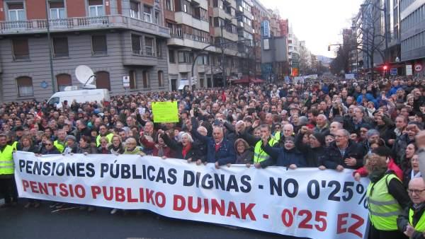 Pensionistas  se manifiestan por Bilbao  el pasado 17 de marzo