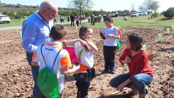 Gamarra y Ruiz Tutor, con algunos de los niños