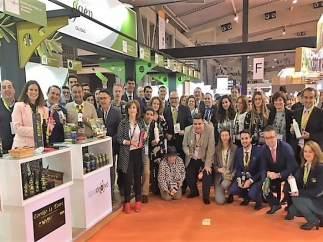 Fernández (c) con responsables de firmas de Jaén presentes en Alimentaria 2018.