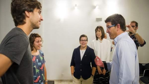 Jorge Rodríguez e Isabel García junto a ganadores de anteriores ediciones