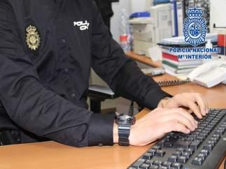 Agente de la Policía Nacional, en labores de investigación